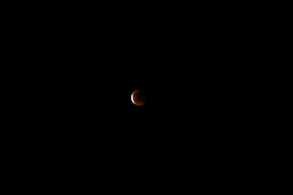 Луна начинает выползать