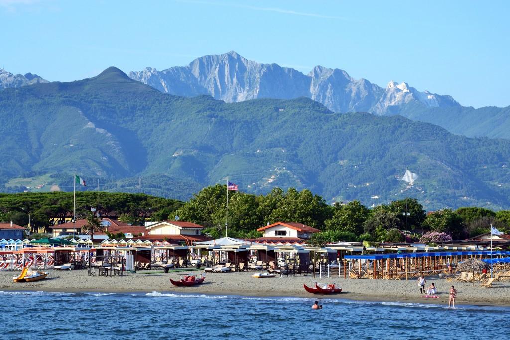 вид на пляж и город с пирса